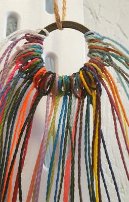 Ob knallbunt oder einfarbig - Das Garn für die Umwicklung bringt ordentlich Farbe ins Spiel!