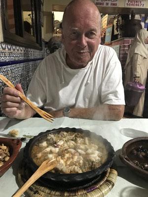 Am Abend ein mehrgängiges Fisch-Menü: Tajine mit Fisch und Tintenfisch