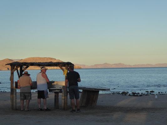 Sportfischer beim Zerlegen der Beute