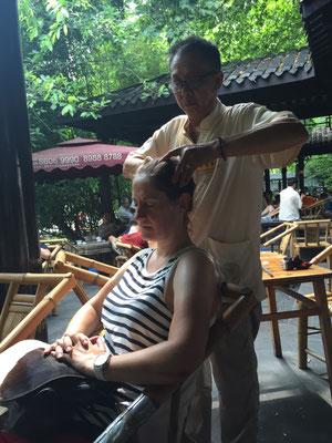 Öffentliche Massage im Teehaus