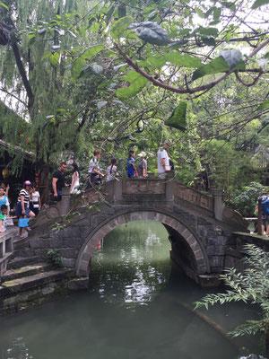 Schöne Brücke in einer der Altstädte (wahrscheinlich neu erbaut und als alt empfunden
