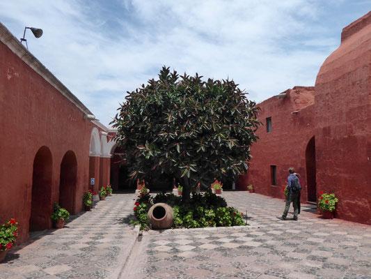 Jetzt: Das Kloster Santa Kathalina. Eine Stadt inmitten der Stadt. Hermetisch abgeschlossen....