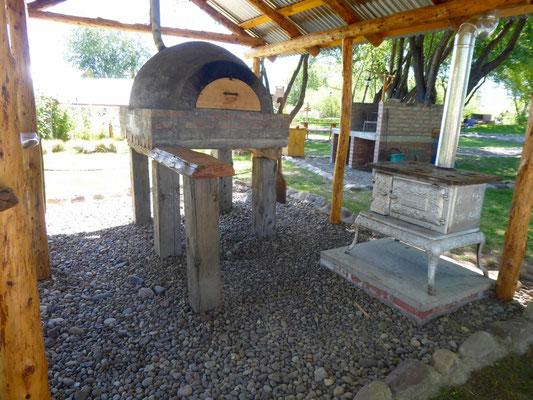 Camping luxuriös: eigener Pizzaofen und Herd. Nur für Argentinier geeignet, muss man erstmal Feuer machen!