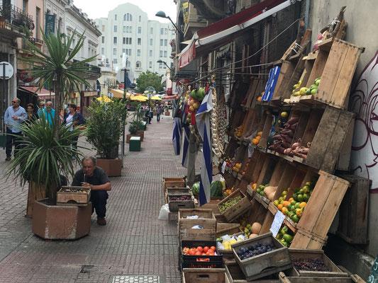 Jetzt in Montevideo. Gemüseladen mit Besitzer und Matesaugern