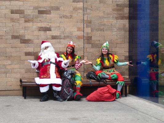 Mittagspause für das Weihnachts(-mann und -chicas)trio