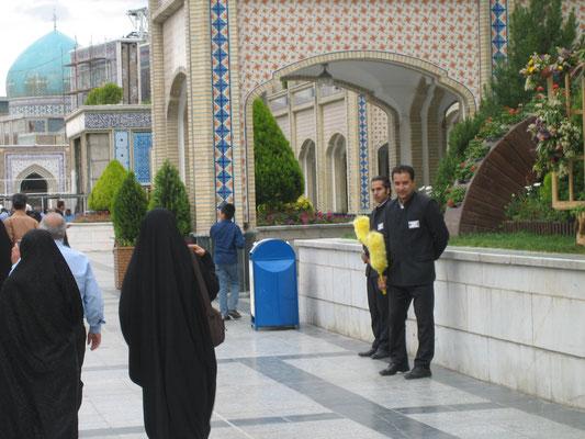 Der freundliche Religionswächter ist iranweit am farbigen Staubwedel zu erkennen (der unfreundliche auch)