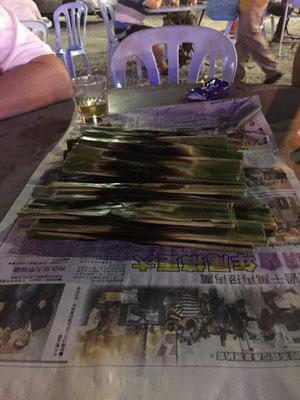 Malaysische Spezialität: Otak-Otak (im Bananenblatt gegrillte würzige Fischpaste). Köstlich!
