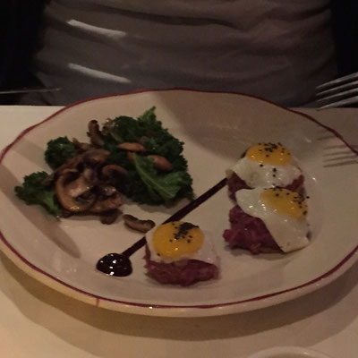Steak Tartare mit Wachteleiern und lauwarmem Champignonsalat