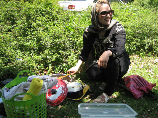 Rosie beim Vorbereiten der Kebabs