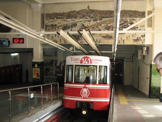 Füniküler (oder auch Tunnelbahn)
