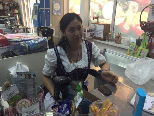 Kassiererin im europäischen Supermarkt (wir haben nichts gekauft)