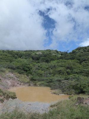 Der Weg zum Krater ist wegen erhöhter Aktivität gesperrt, es gibt aber genügend schwefelige, brodelnde Seen und Schlammtümpel zu entdecken