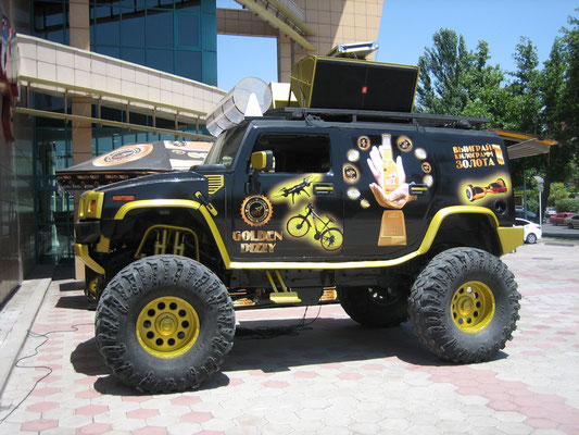 Super-Hummer vor der Shopping-Mall