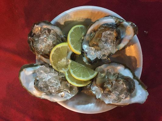 Frische Austern - groß wie Schnitzel im portugiesischen Hawker Stall