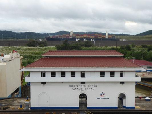 Im Hintergrund die Kanalerweiterung für noch größere Superschiffe (Fassungsvermögen bis 14.000 (!) Container), eröffnet Mitte 2016