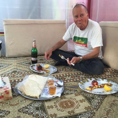 Es gibt Kebab, Baby - stilecht eingenommen auf dem traditionellen Sitzdiwan.