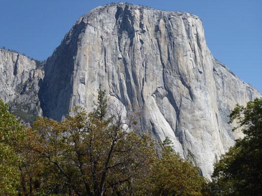 Suchbild: In dieser Felswand ist ein Zelt versteckt!