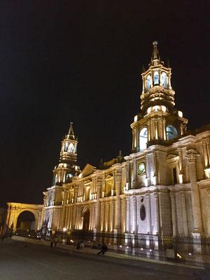 Und jetzt geht es nach Arequipa. Hier die wunderbare (na...?) jawoll Kathedrale. Hier am Abend.