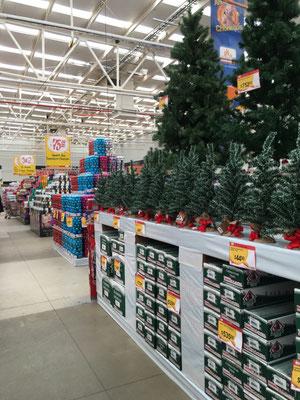 Weihnachten im Supermarkt: draußen hat es 30°.