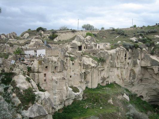 noch bewohnt: Felsbehausungen in Ortahisar