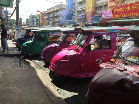 Moderne Tuk-Tuk-Flotte in Ayutthaya