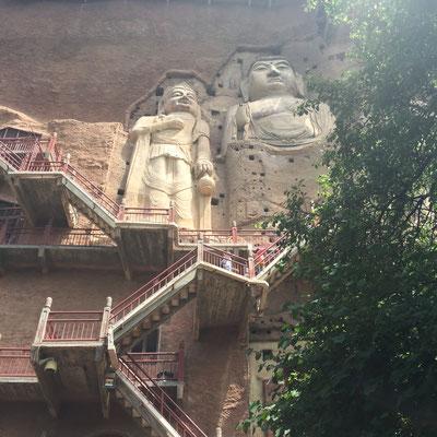 Treppen führen zu den einzelnen Grotten