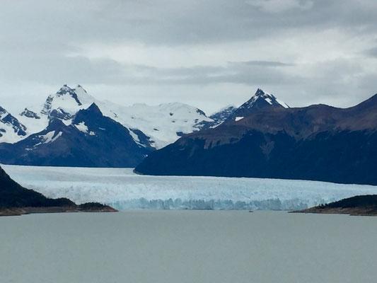 Erster Blick auf den Gletscher Perito Moreno: Siebzig Meter hoch, fünf Kilometer breit, dreißig Kilometer lang (laut Wikipedia)