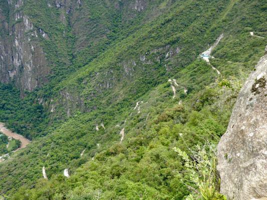 In Serpentinen geht's mit Kleinbussen hinauf nach Machu Picchu