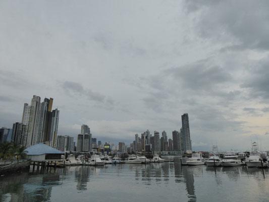 Blick über den Yacht-Hafen auf die Skyline