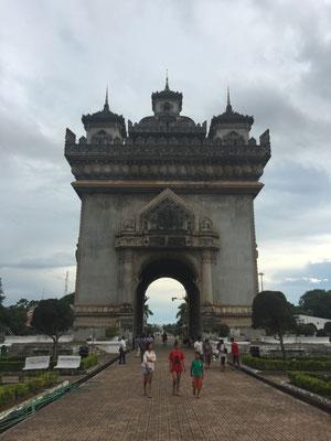 Triumphbogen auf laotisch, fast wie in Paris