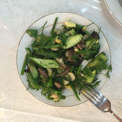 Salat mit Gurken, Dill (und Rindfleisch) - lecker