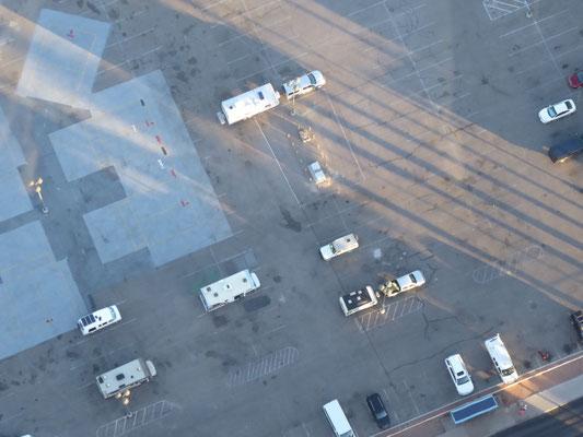 Blick vom Tower auf den Oversize-Parkplatz: Der Toyo ist der Kleinste!