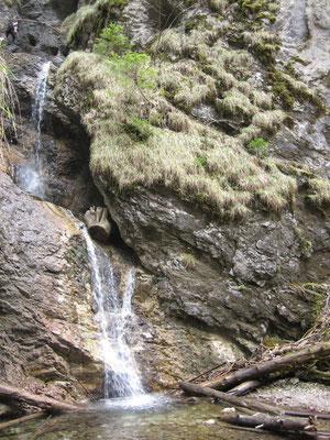 links am Wasserfall geht's vorbei