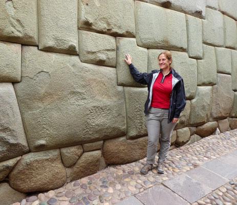 Der berühmte zwölfeckige Stein. Handwerkskunst als Inka. Nachdem die Spanier die Inka-Paläste geschleift hatten, bauten sie auf deren Fundamenten ihre eigenen Paläste und Kirchen. Bravo!