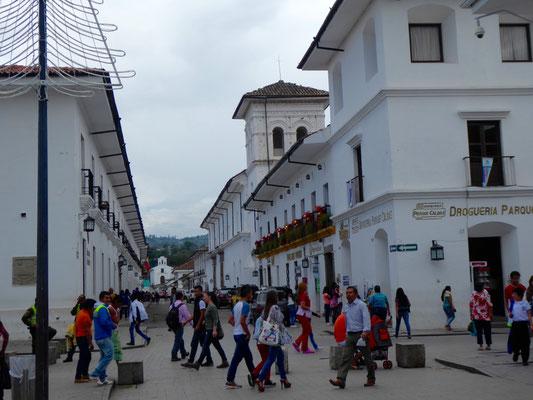 Buntes Treiben am Parque Caldas, dem Mittelpunkt des historischen Zentrums