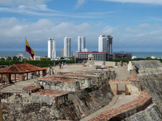 Ausblick vom Castillo. Man sieht die Neustadt: mondäne Türme für urbanes Leben am Meer.