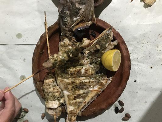 Gegrillter St. Petersfisch und gegrillte Fisch-Spieße
