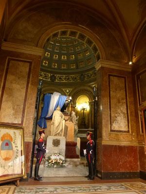 Ehrenwache vor dem Grabmal des General José de San Martín