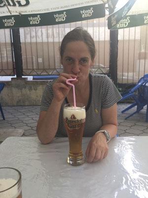 In Kirgisistan bekommt die Dame ihr Bier grundsätzlich mit Strohhalm geliefert - gewöhnungsbedürftig!