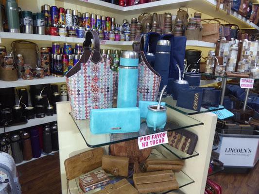 Uruguay hat den weltgrößten Mate-Verbrauch pro Kopf. Da darf das entsprechende Equipment nicht fehlen: Thermoskanne, Mate, Bombilla, sowie  passende Geldbeutel und Tasche.