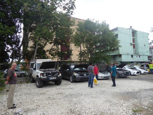 Polizei-Inspektion im Elendsviertel. Hier wird geprüft, ob der Toyo als gestohlen gemeldet ist.