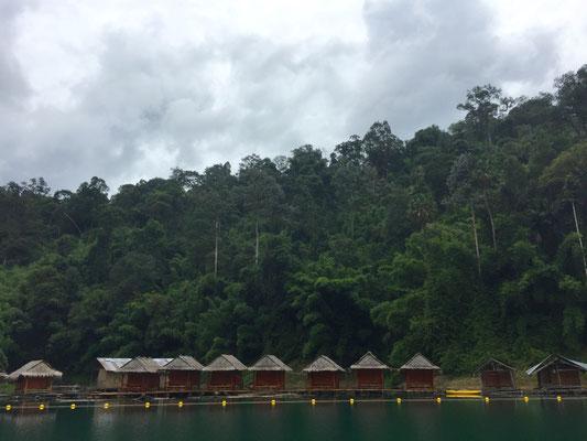 In den Hütten am See kann man auch übernachten