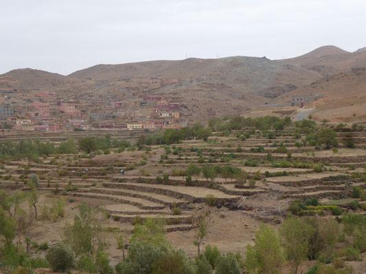 Schönes Dorf mit Terrassenfeldern