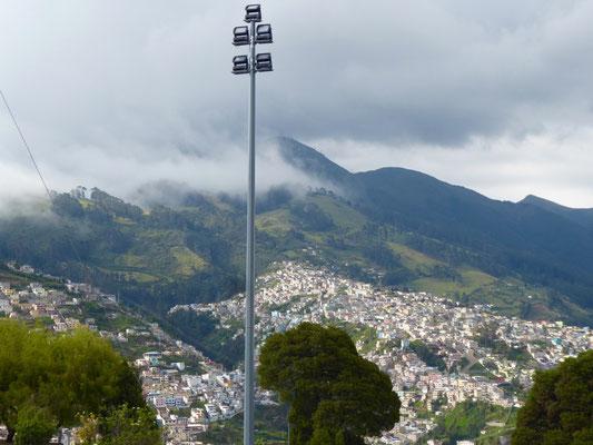 Ein kleiner Teil des Häusermeers von Quito