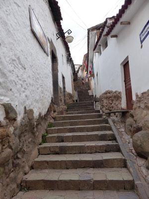 und immer wieder: Treppen, Treppen, Treppen! Bei 3.400 Höhenmetern kommen wir ganz schön ins Schnaufen.