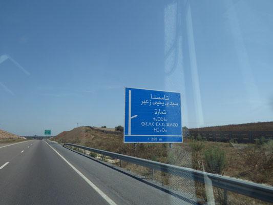 Wenn schon mal ein Schild auf der Autobahn steht, heißt das noch lange nicht, dass man es lesen kann!
