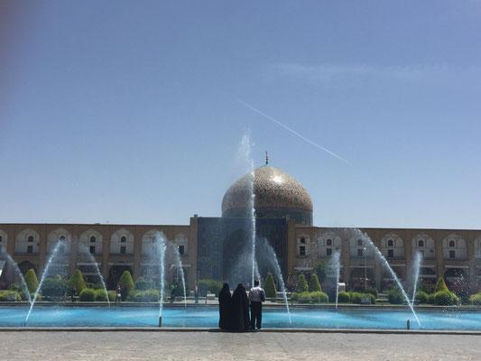 Andächtiger Blick zur Sheikh Lotfolla-Moschee
