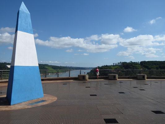 Dreiländereck aus argentinischer Sicht. Links Paraguay, rechts Brasilien