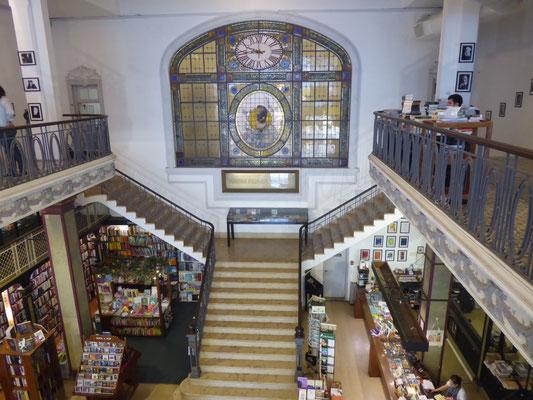 Altehrwürdige Buchhandlung mit Café im ersten Stock. Schöner als Hugendubel.