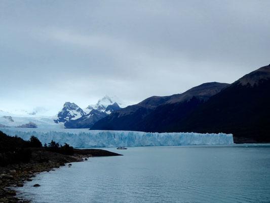 Nochmal: faszinierende Schönheit. Die dunkelblauen Stellen deuten auf uraltes Eis hin.